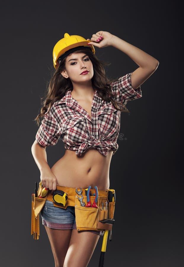 Mujer atractiva con el casco de protección fotos de archivo libres de regalías