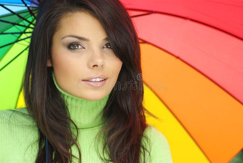 Mujer atractiva con el paraguas colorido imágenes de archivo libres de regalías