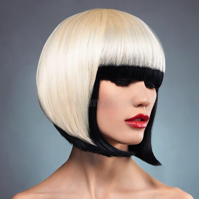Mujer atractiva con el peinado de la sacudida foto de archivo