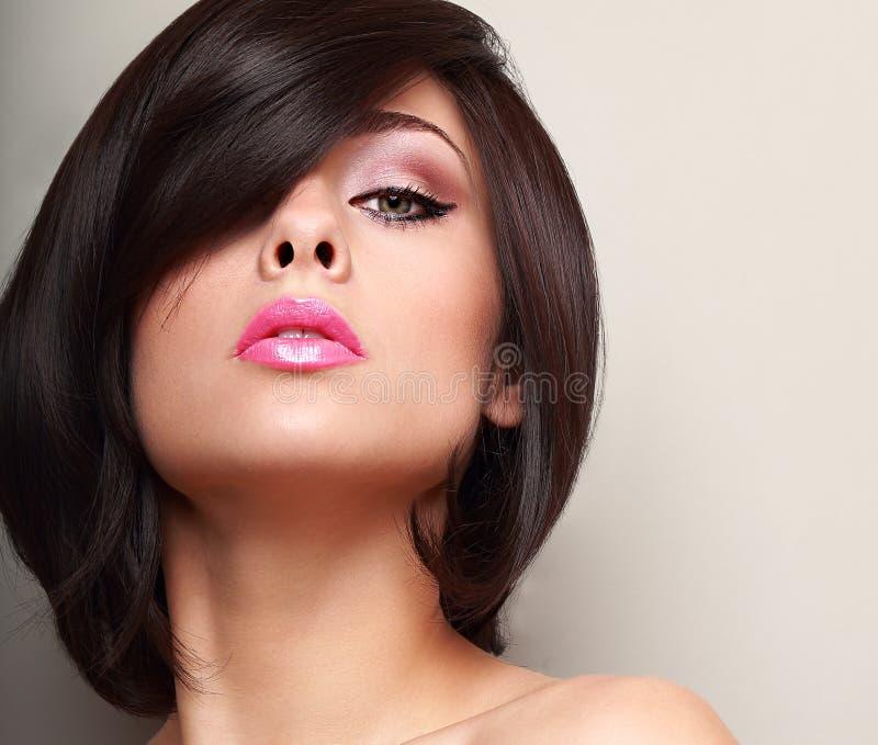 Mujer atractiva con el pelo corto negro recto fotos de archivo libres de regalías