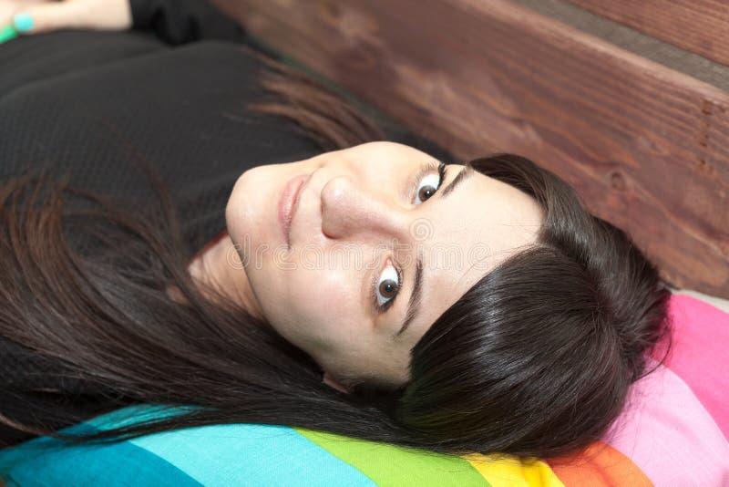 Mujer atractiva con el pelo largo que pone y que mira la cámara fotografía de archivo