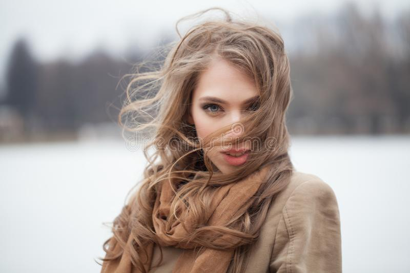 Mujer atractiva con el pelo rizado largo foto de archivo libre de regalías