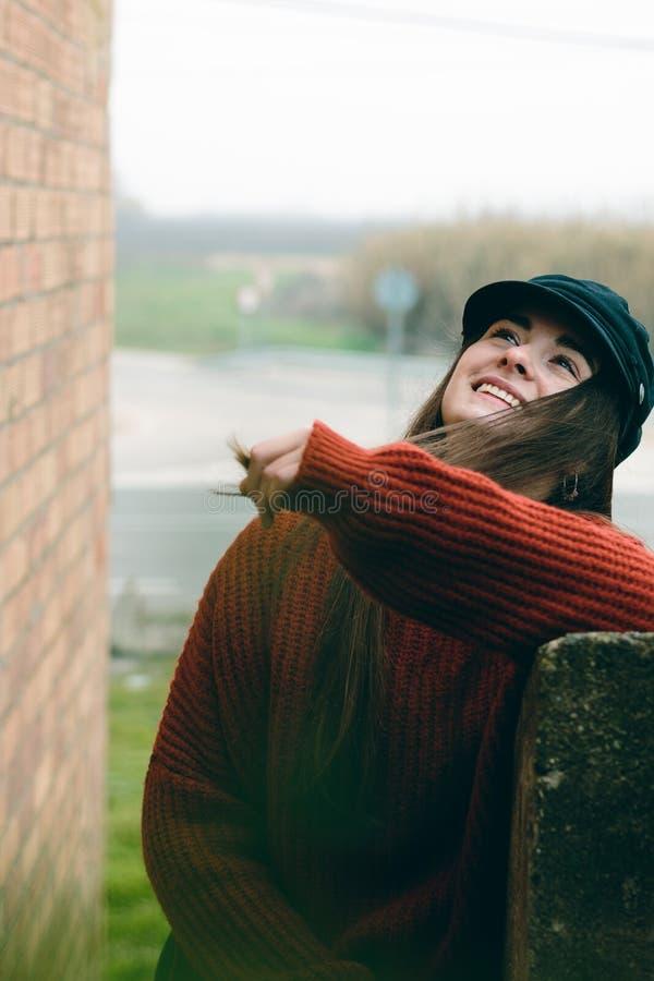 Mujer atractiva con el retrato de risa y sonriente del sombrero en una escena rural fotos de archivo