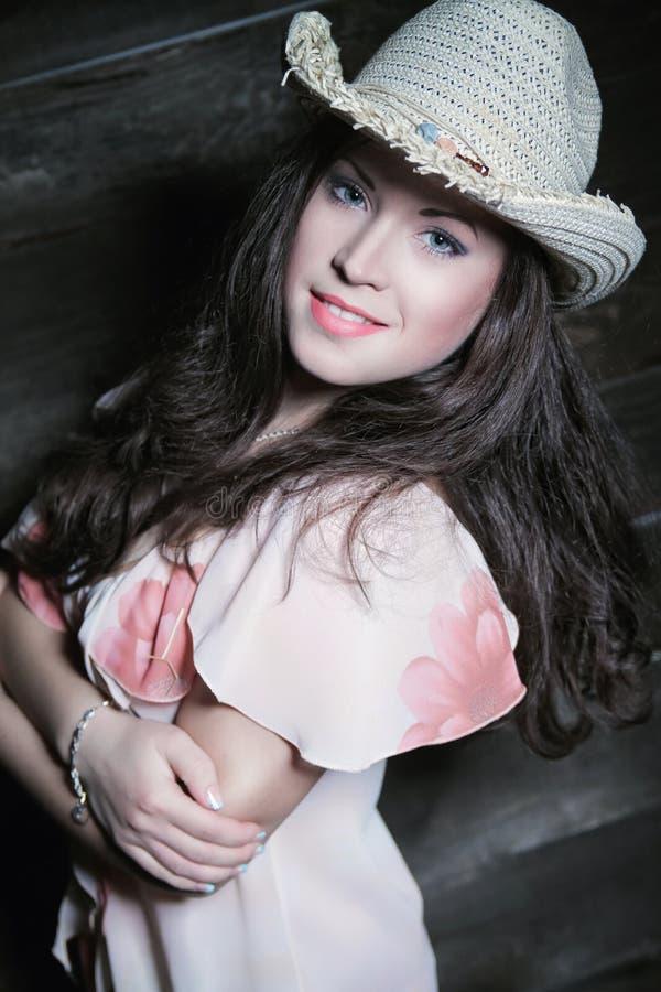 Mujer atractiva con el sombrero de vaquero