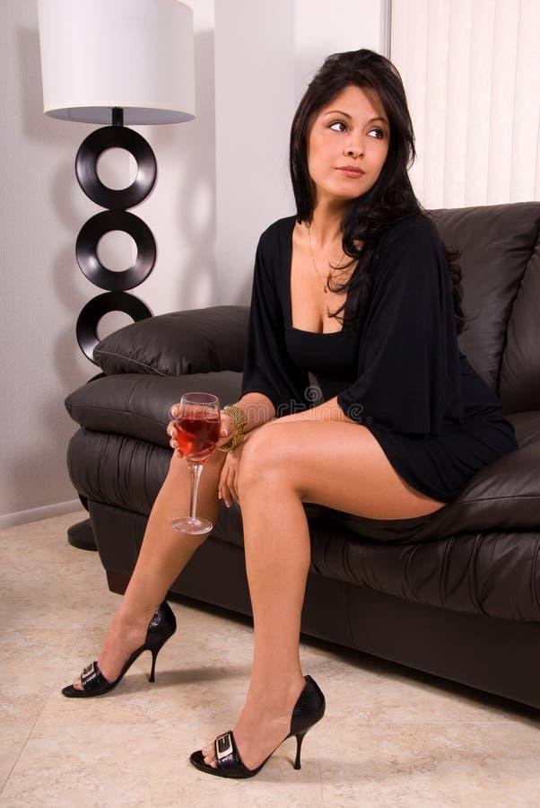 Mujer atractiva con el vino. fotografía de archivo libre de regalías
