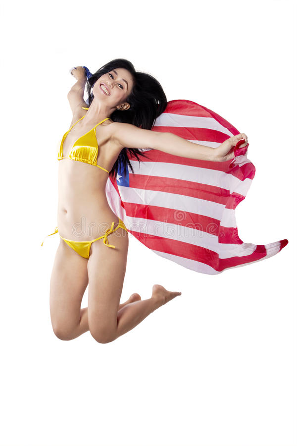 Mujer atractiva con la bandera americana aislada imagenes de archivo