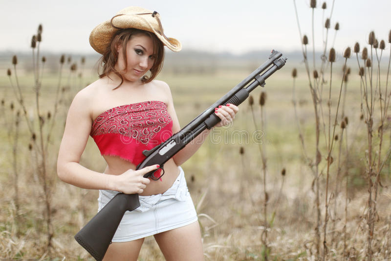 Mujer atractiva con la escopeta fotos de archivo libres de regalías