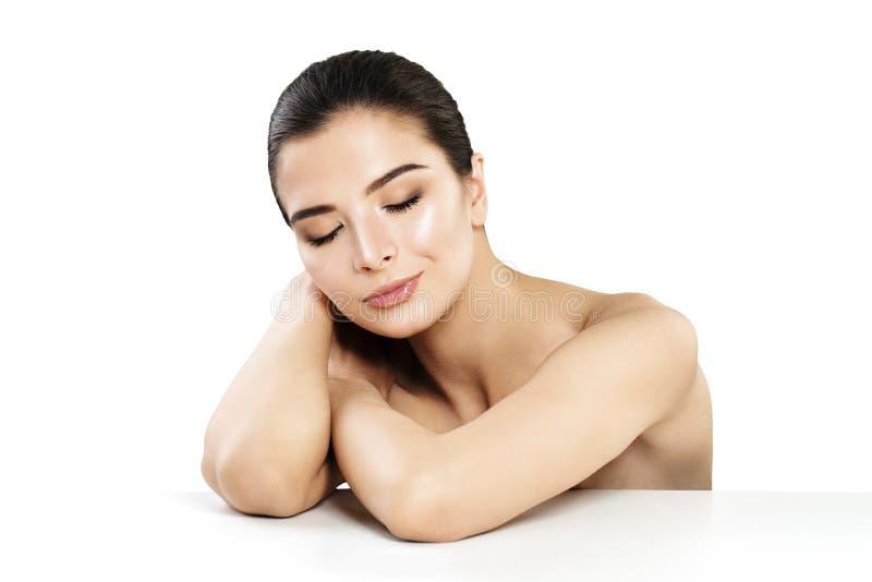 Mujer atractiva con la piel sana en blanco imagen de archivo