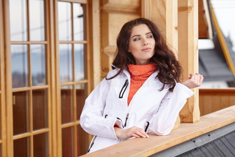 Mujer atractiva con la snowboard al aire libre fotos de archivo