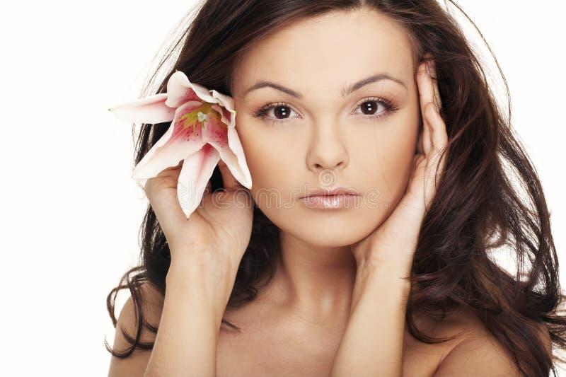 Mujer atractiva con las flores blancas brillantes. fotos de archivo