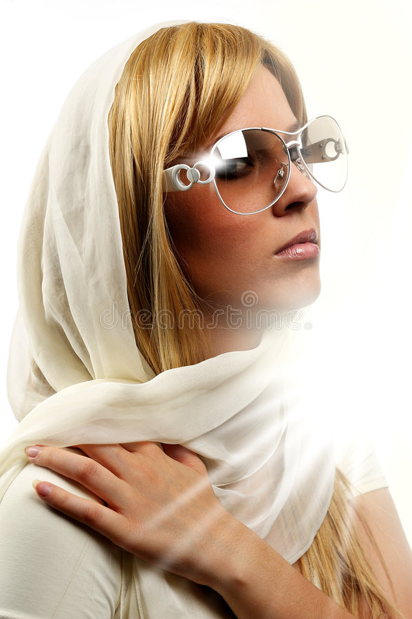 Mujer atractiva con las gafas de sol fotos de archivo libres de regalías