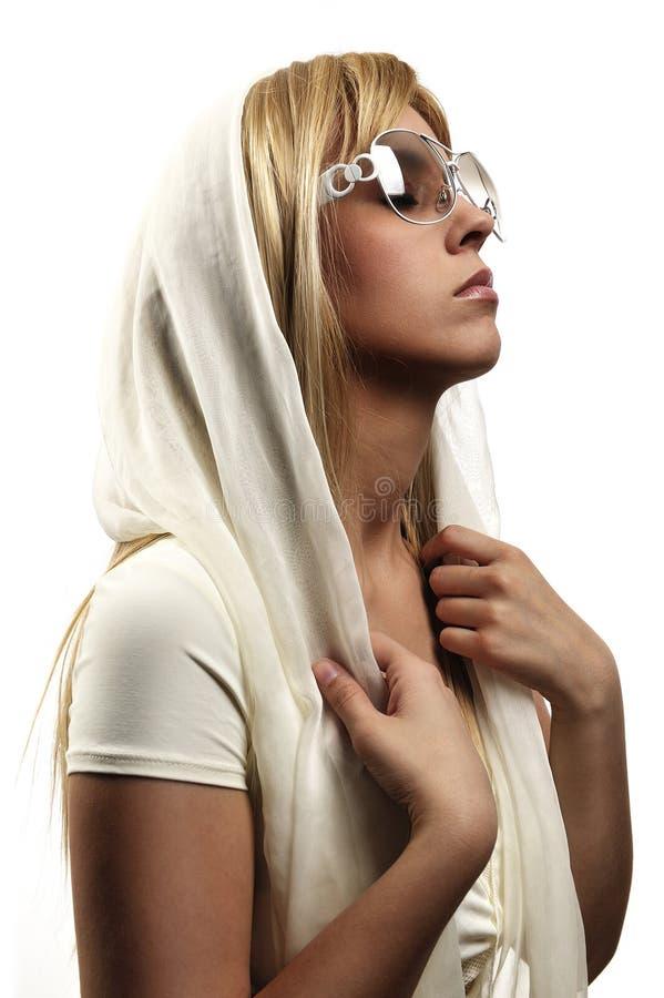 Mujer atractiva con las gafas de sol imagenes de archivo