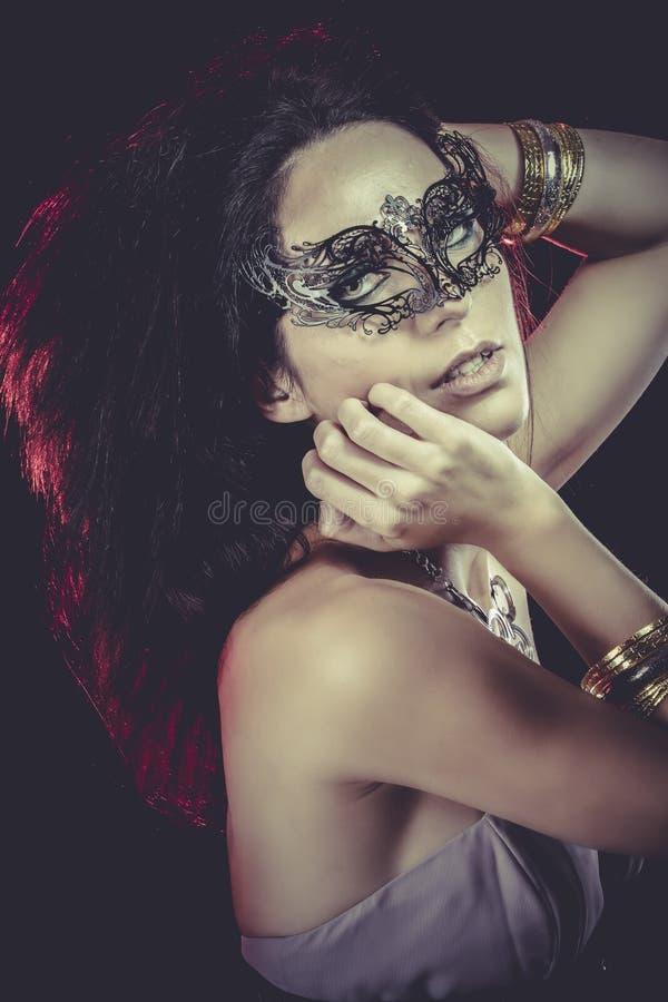 Download Mujer Atractiva Con Las Pulseras Del Oro Y De La Plata, Máscara Veneciana Con Imagen de archivo - Imagen de señora, encubra: 44853533