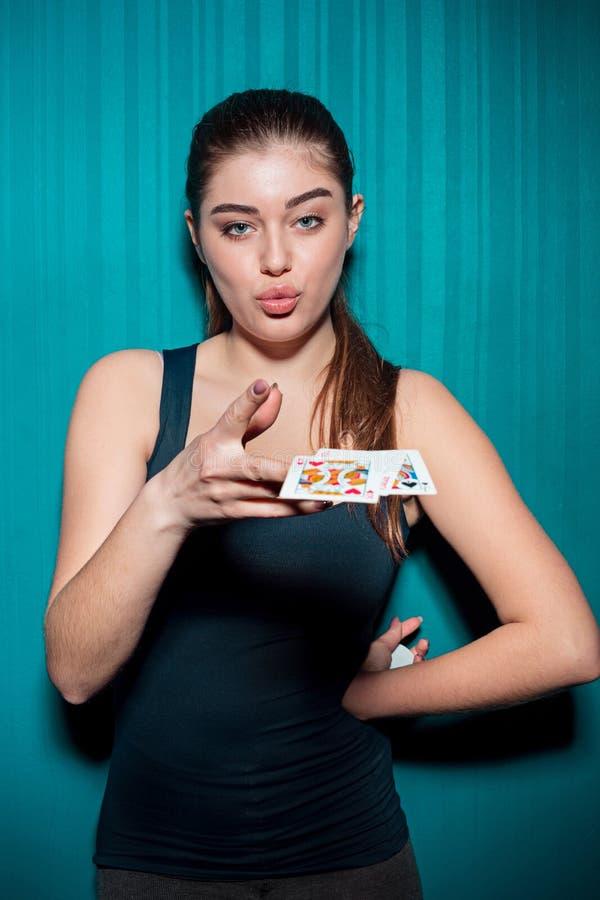 Mujer atractiva con las tarjetas del póker imagen de archivo