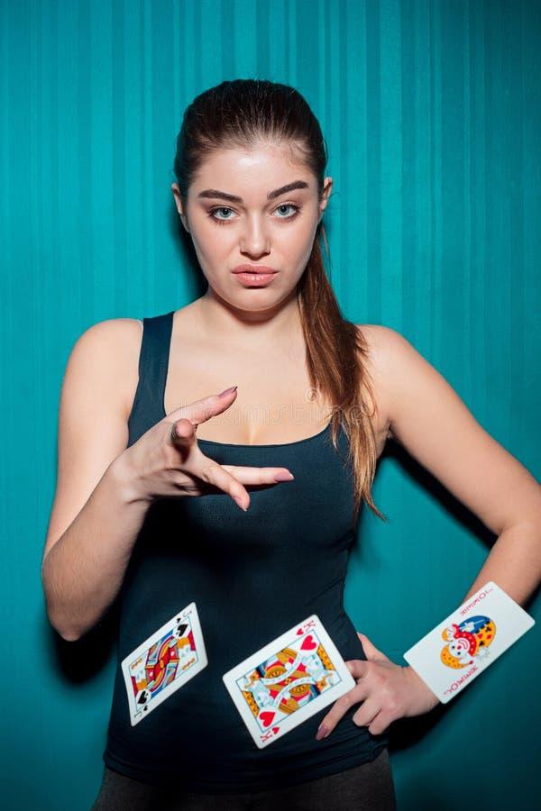 Mujer atractiva con las tarjetas del póker fotos de archivo libres de regalías