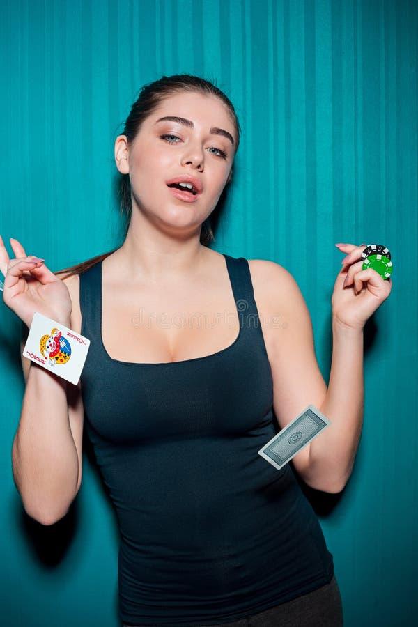 Mujer atractiva con las tarjetas del póker imágenes de archivo libres de regalías