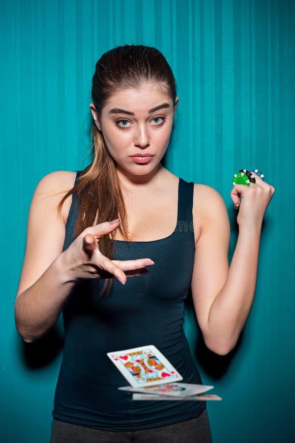 Mujer atractiva con las tarjetas del póker imagen de archivo libre de regalías
