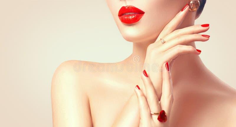 Mujer atractiva con los labios y el primer rojos de los clavos imágenes de archivo libres de regalías