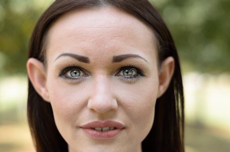 Mujer atractiva con los ojos grises preciosos imagen de archivo