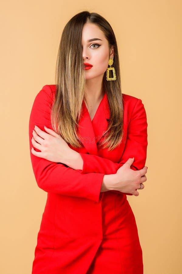 Mujer atractiva con maquillaje profesional Belleza y moda belleza del pelo y sal?n del peluquero Pendientes de la joyer?a muchach imagen de archivo
