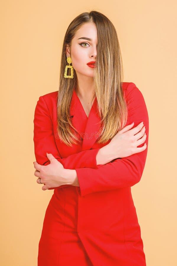 Mujer atractiva con maquillaje profesional Belleza y moda belleza del pelo y sal?n del peluquero Pendientes de la joyer?a muchach imagenes de archivo