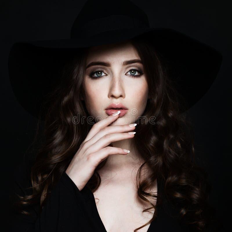 Mujer atractiva con maquillaje y pelo rizado imagen de archivo