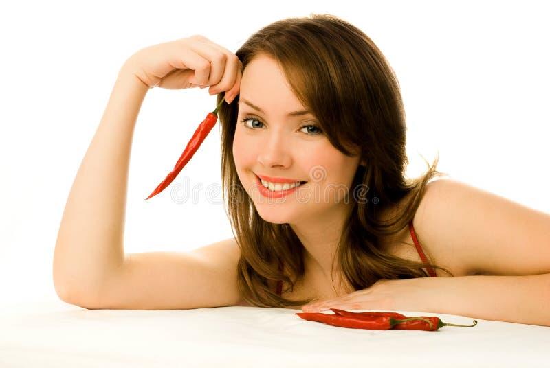 Mujer atractiva con pimientas de chile rojo fotos de archivo libres de regalías