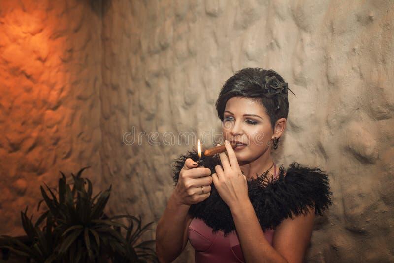 Mujer atractiva con un cigarro fotografía de archivo
