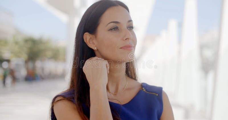 Mujer atractiva con una sonrisa preciosa imagenes de archivo