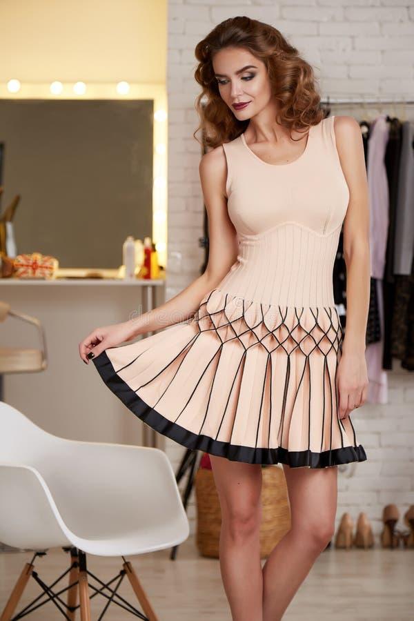 Mujer atractiva de Baeutiful en vestido de noche del rosa del cortocircuito de la moda imágenes de archivo libres de regalías