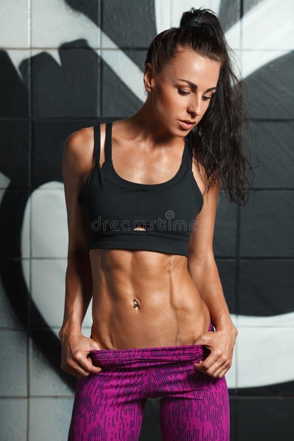 Mujer atractiva de la aptitud que muestra el ABS y el vientre plano Muchacha muscular hermosa, cintura abdominal, delgada formada imágenes de archivo libres de regalías