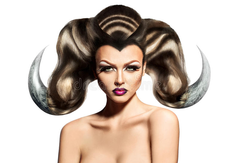 Mujer atractiva de la belleza con los cuernos en el pelo y el anillo en nariz imagenes de archivo