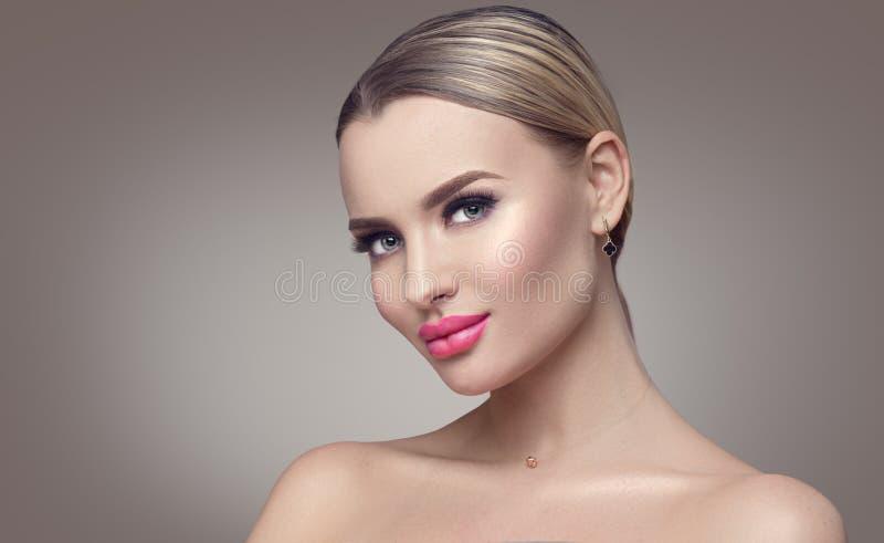 Mujer atractiva de la belleza Muchacha modelo del balneario con la piel limpia fresca Mujer rubia de la belleza fotos de archivo