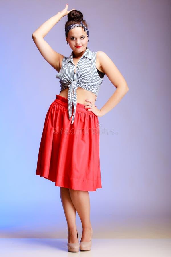 Mujer atractiva de la muchacha de moda integral del perno-para arriba con el bollo en violeta fotos de archivo