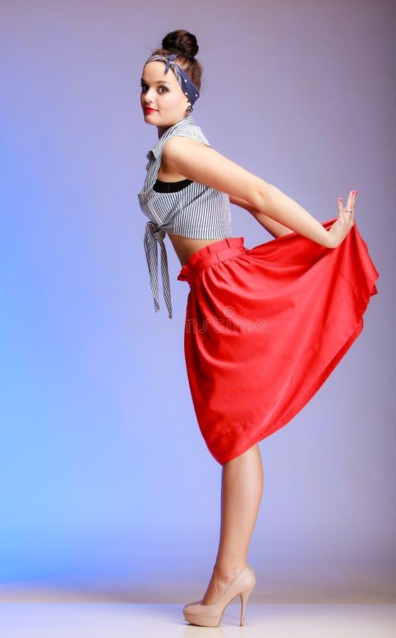 Mujer atractiva de la muchacha de moda integral del perno-para arriba con el bollo en violeta imagen de archivo