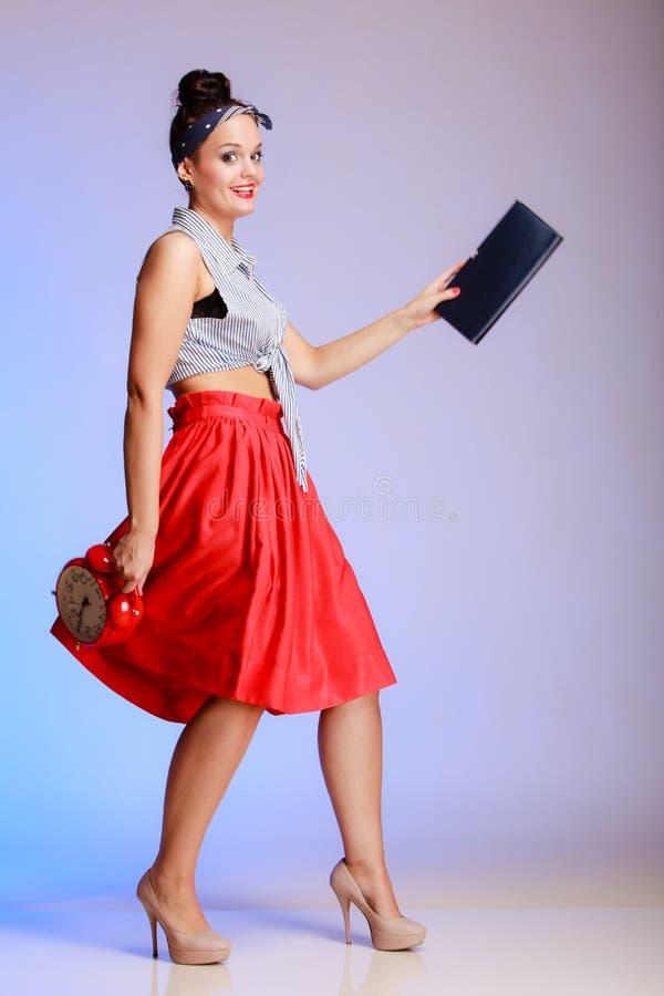 Mujer atractiva de la muchacha integral del perno-para arriba con el reloj que va una fecha. fotos de archivo