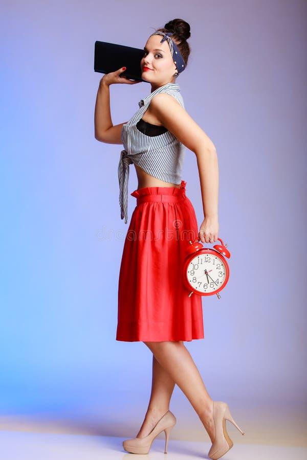 Mujer atractiva de la muchacha integral del perno-para arriba con el reloj que va una fecha. foto de archivo