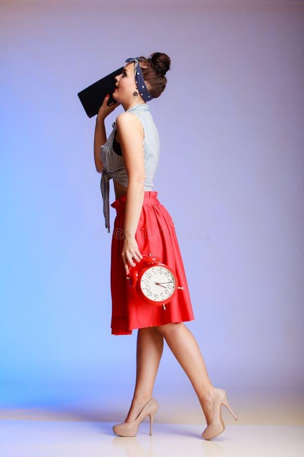 Mujer atractiva de la muchacha integral del perno-para arriba con el reloj que va una fecha. imágenes de archivo libres de regalías