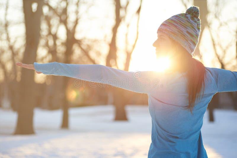 Mujer atractiva de la raza mixta que hace yoga en naturaleza en invierno fotografía de archivo libre de regalías
