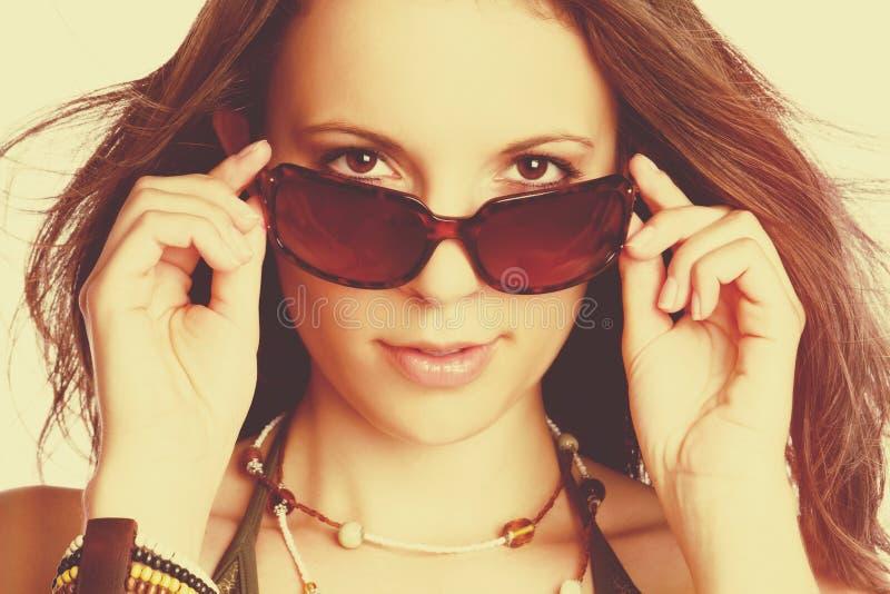 Mujer atractiva de las gafas de sol foto de archivo