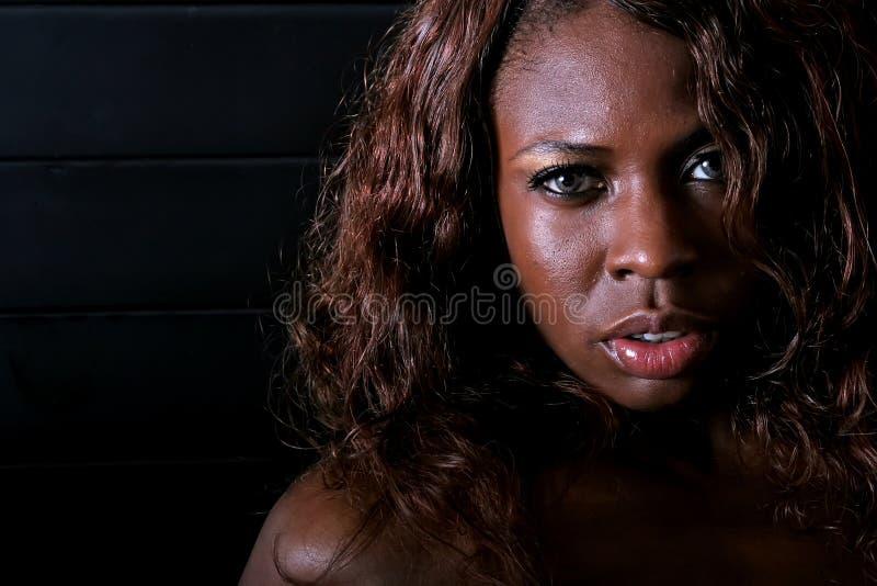 Mujer atractiva del afroamericano fotografía de archivo