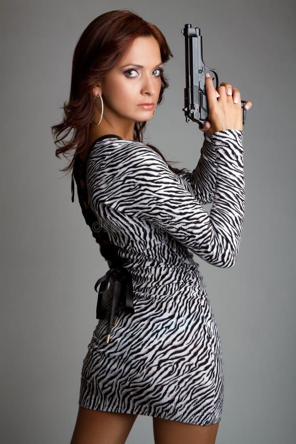 Mujer atractiva del arma foto de archivo libre de regalías