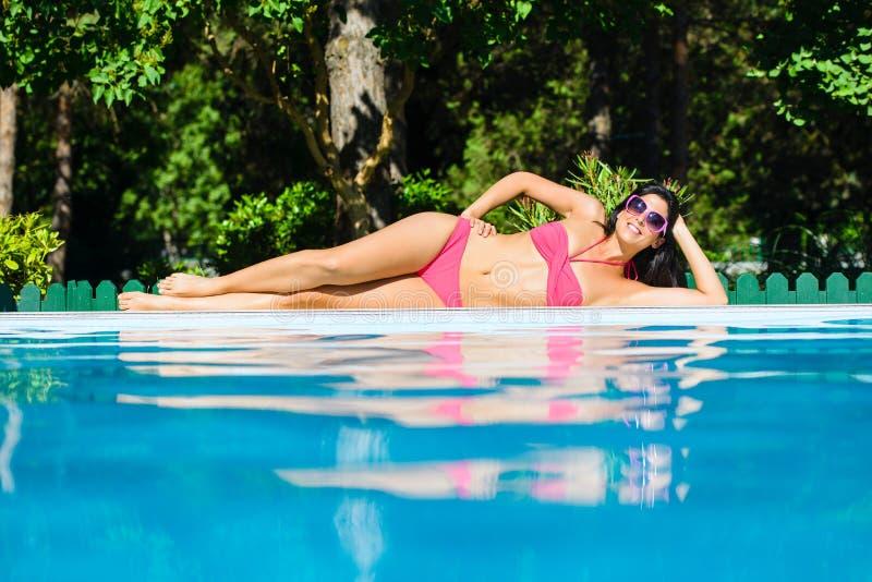 Mujer atractiva del bikini el verano en la piscina fotos de archivo