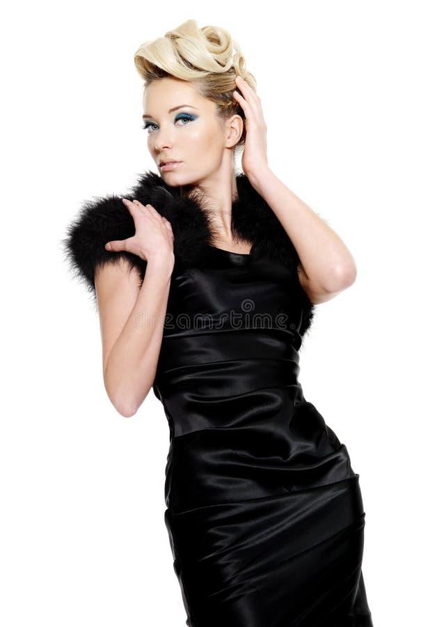 Mujer atractiva del encanto en alineada negra fotografía de archivo