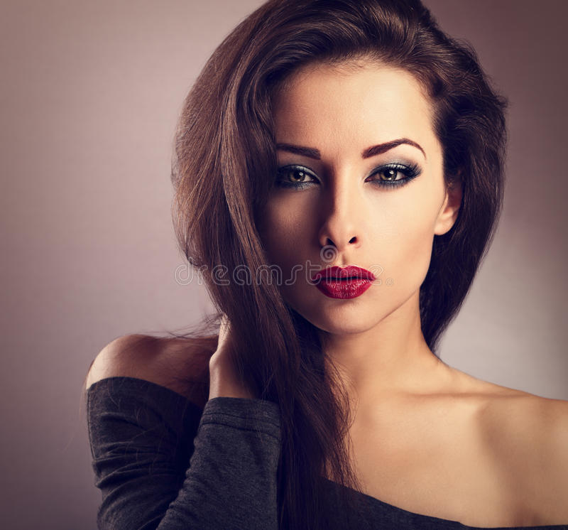 Mujer atractiva del maquillaje hermoso con el lápiz labial rojo caliente y el ojo largo l imagen de archivo libre de regalías