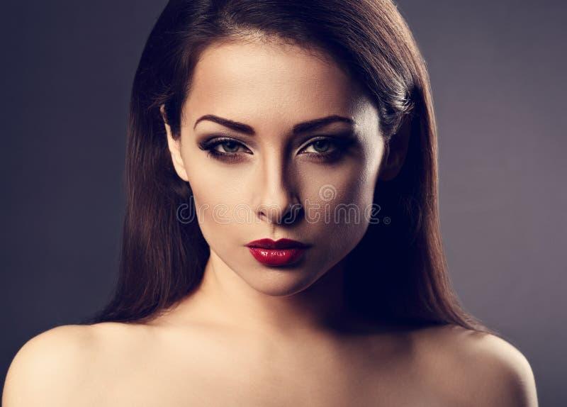 Mujer atractiva del maquillaje hermoso del empeine con el lápiz labial rojo caliente y de largo foto de archivo libre de regalías