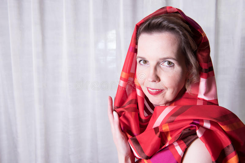 Mujer atractiva del retrato con la bufanda alrededor de su cabeza fotografía de archivo libre de regalías