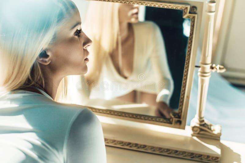 Mujer atractiva delante del espejo fotos de archivo libres de regalías