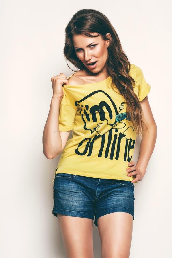 Mujer atractiva en camiseta amarilla imagen de archivo libre de regalías