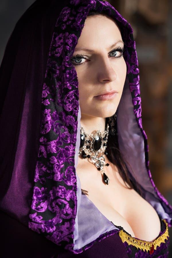 Mujer atractiva en capilla de la lila foto de archivo libre de regalías